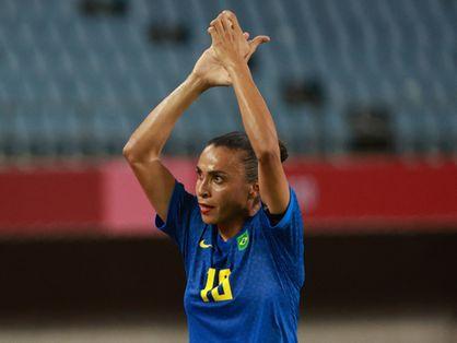 Marta aplaude após jogo do Brasil