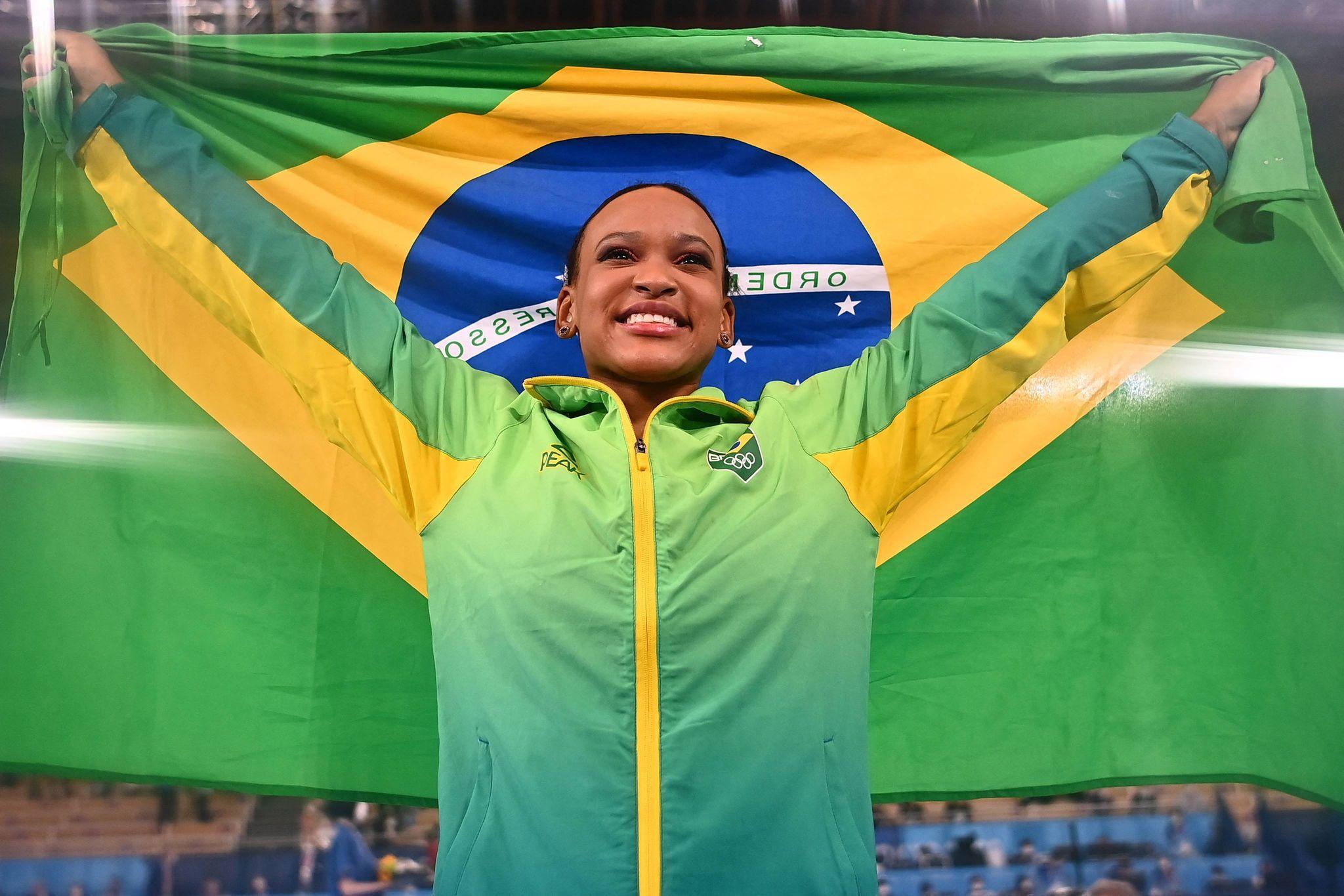 Rebeca Andrade exibe bandeira brasileira após conquistar o ouro