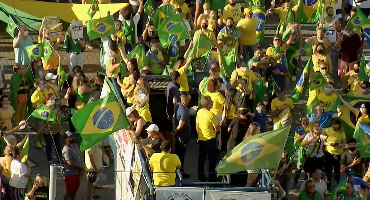 Manifestantes portavam a bandeira e entoavam o hino nacional.