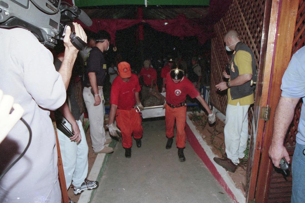 O Corpo de Bombeiros Militar precisou ser acionado para retirar os corpos da cova, que tinha andares de concreto