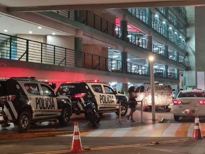Viaturas da Polícia Militar do Ceará no estacionamento do Shopping Iguatemi