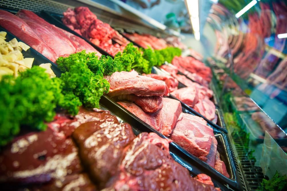 prateleira de supermercado com diversos cortes de carne vermelha
