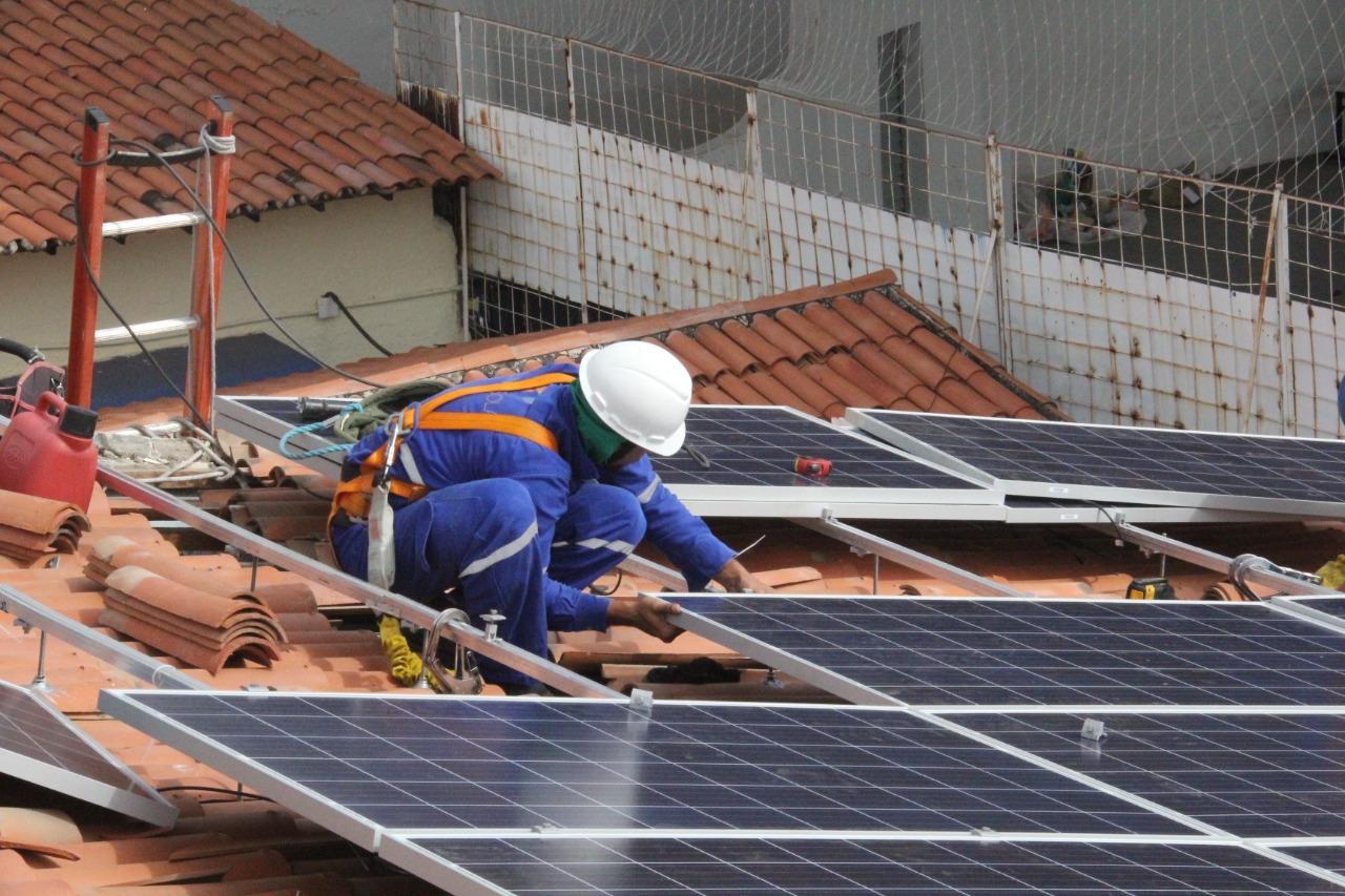 Operá instalando painel de energia solar