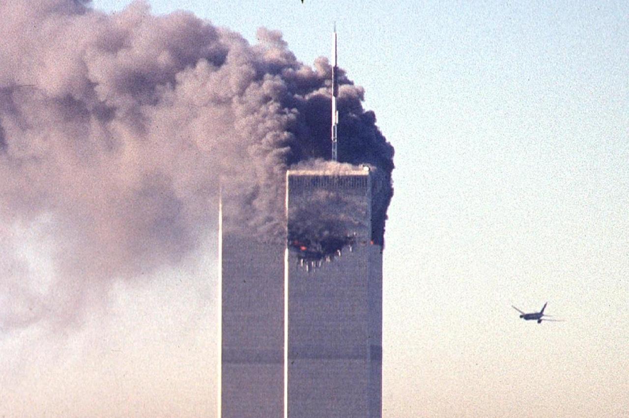 Torre norte das Torres Gêmeas em chamas após ataques de 11 de setembro de 2001