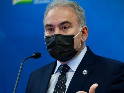 ministro marcelo queiroga, de máscara, fala ao microfone