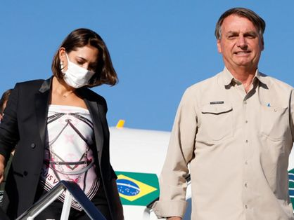 Michelle e Jair Bolsonaro saindo de avião em viagem aos Estados Unidos