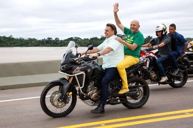 Presidente Jair Bolsonaro e empresário Luciano Hang andando de moto sem capacete