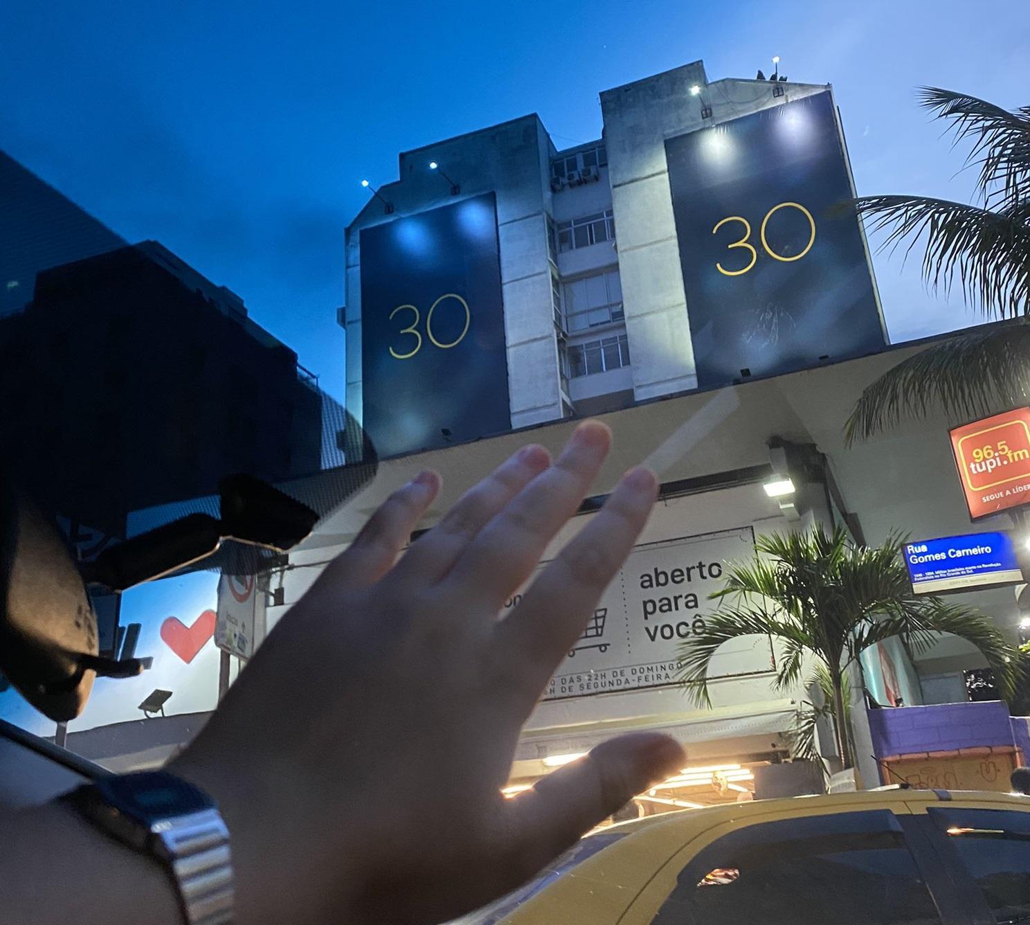 Fã clube da cantora no Brasil registrou ação publicitária de Adele em outdoor no Rio de Janeiro