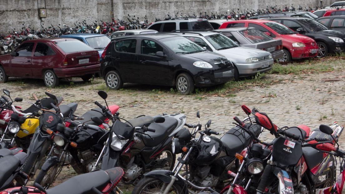 Imagem mostra carros e motos que foram estacionados