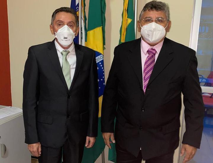 Dr. Marquinélio (PSD) e Vanderval Feitosa (PSD), com máscara, de paletó e gravata