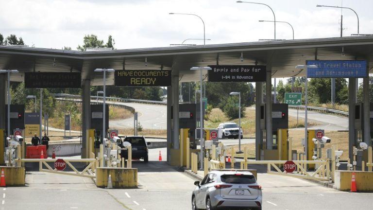 Veículo na fronteira entre Estados Unidos e Canadá