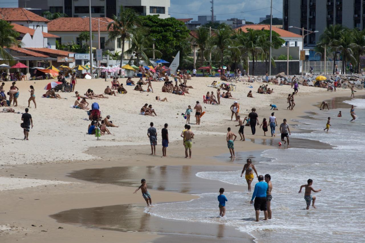 Movimentação intensa de banhistas na Praia dos Crush durante isoalmente social contra o coronavírus