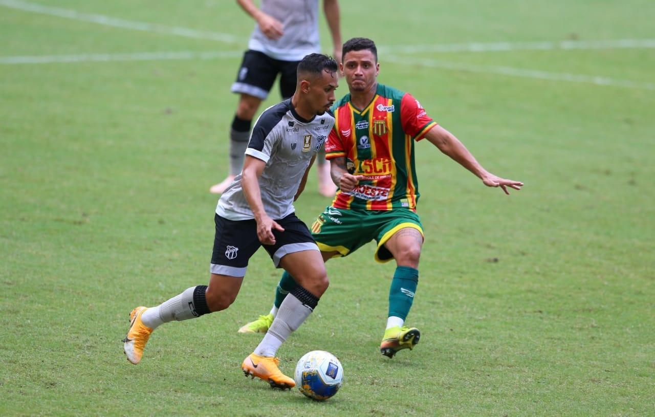 Atletas de Ceará e Sampaio Corrêa disputam bola no meio-campo