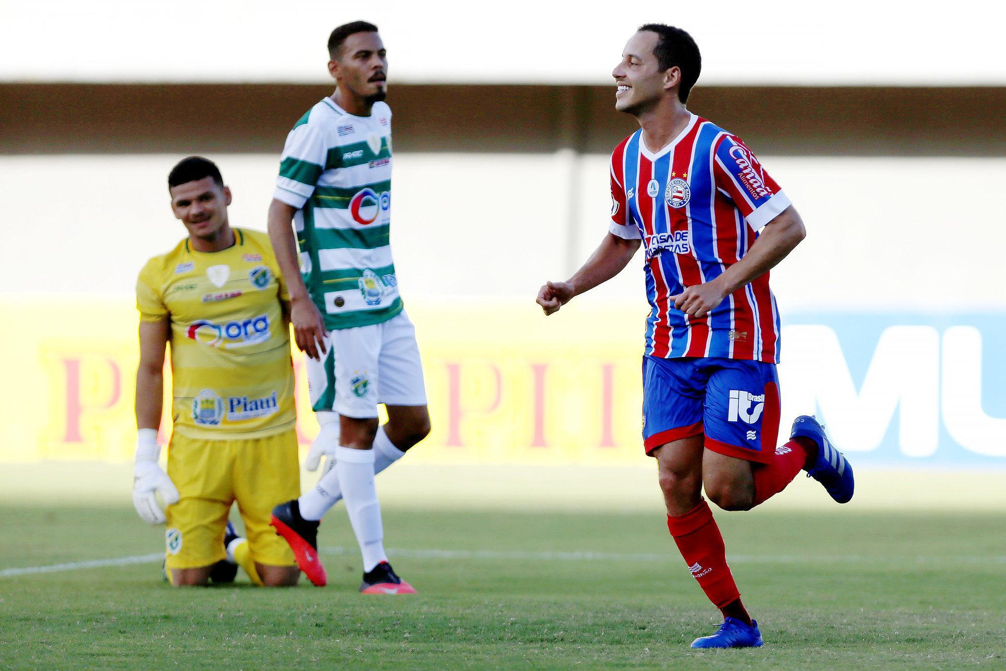 Meia Rodriguinho, do Bahia, sorridente e celebrando gol marcado