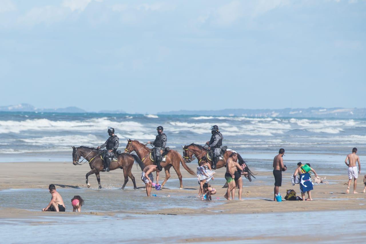 Banhistas sendo retirados da faixa de areia