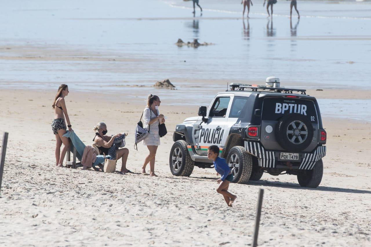 Policiais militares orientaram as pessoas que estavam na Praia do Futuro sobre o decreto estadual
