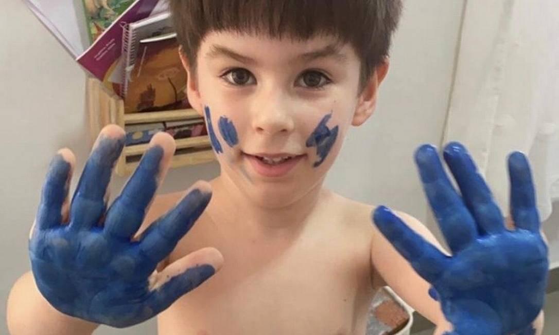 Henry Borel com mãos pintadas de azul