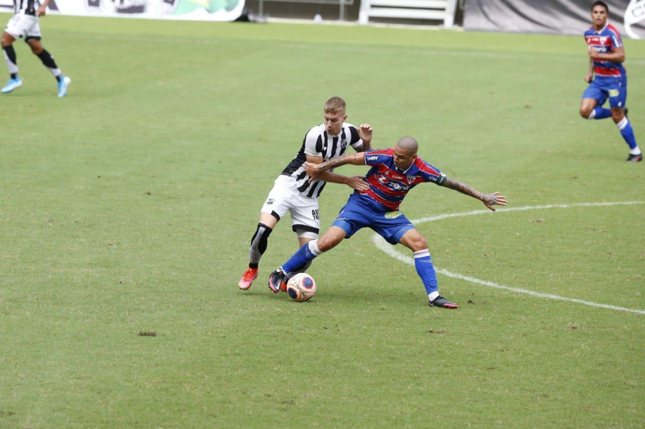 Atletas de Ceará e Fortaleza disputam a bola