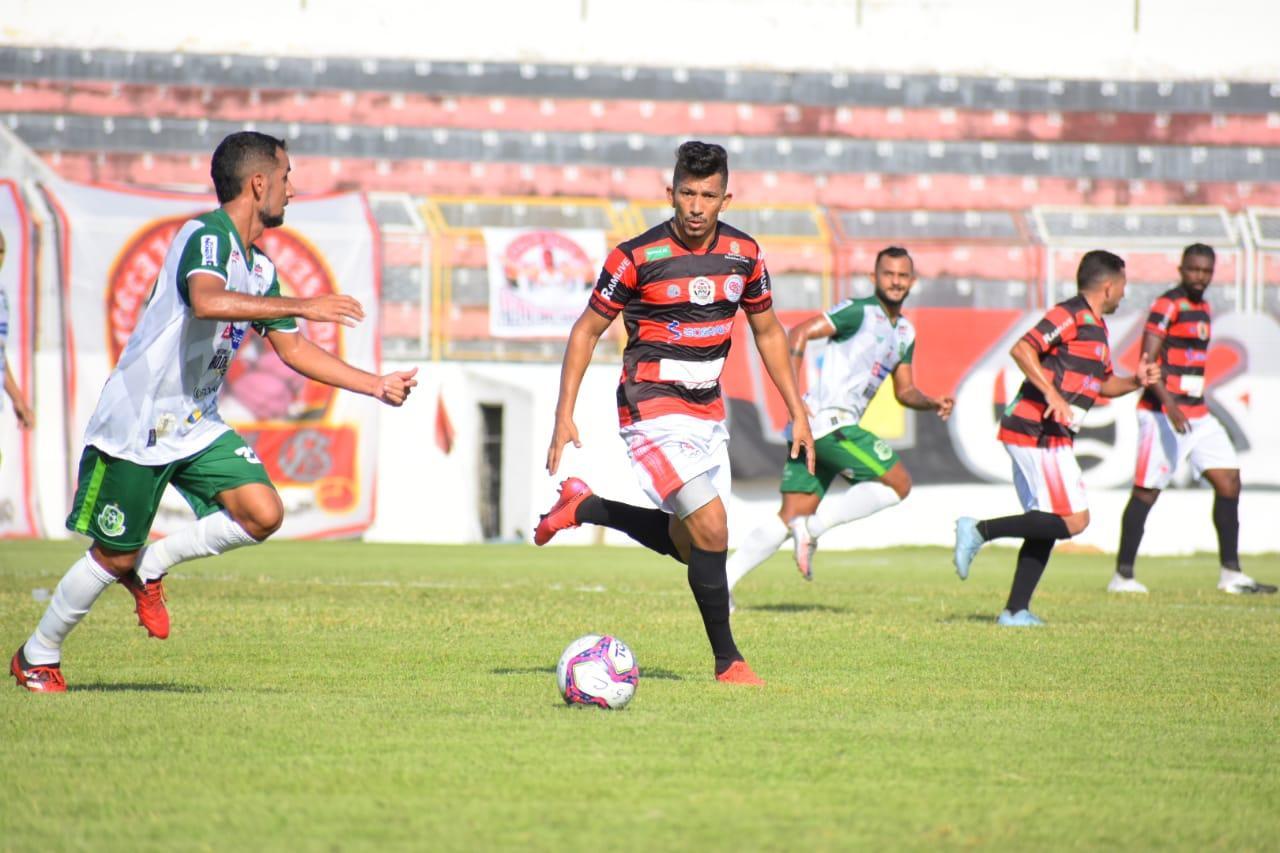 Atletas de Guarany de Sobral e Paragominas disputam bola