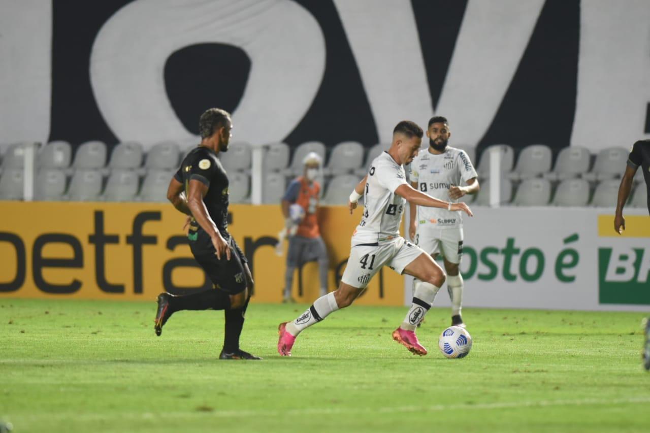 Atletas de Ceará  e Santos disputam bola