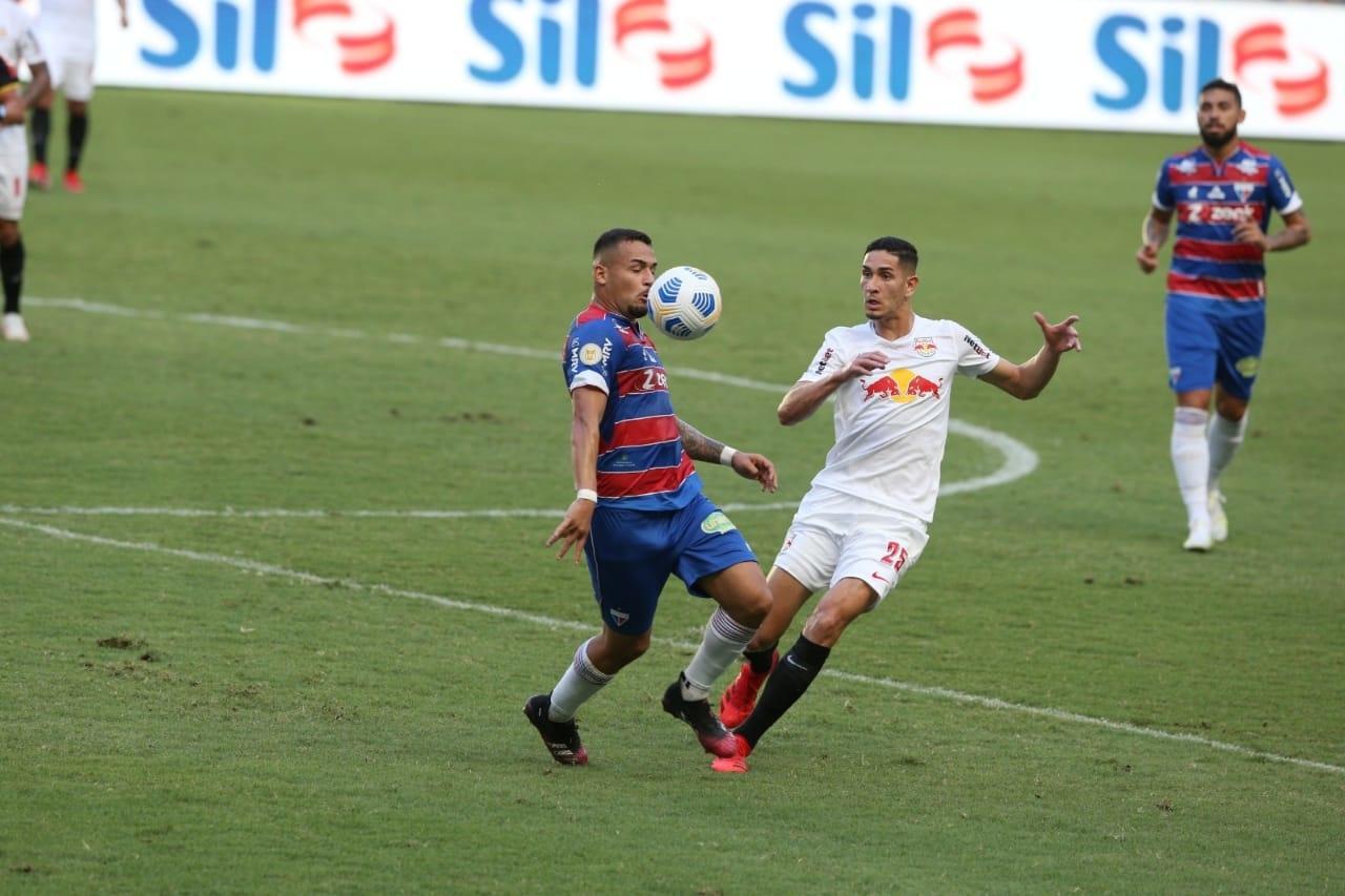 Atletas de Fortaleza x Bragantino disputam bola