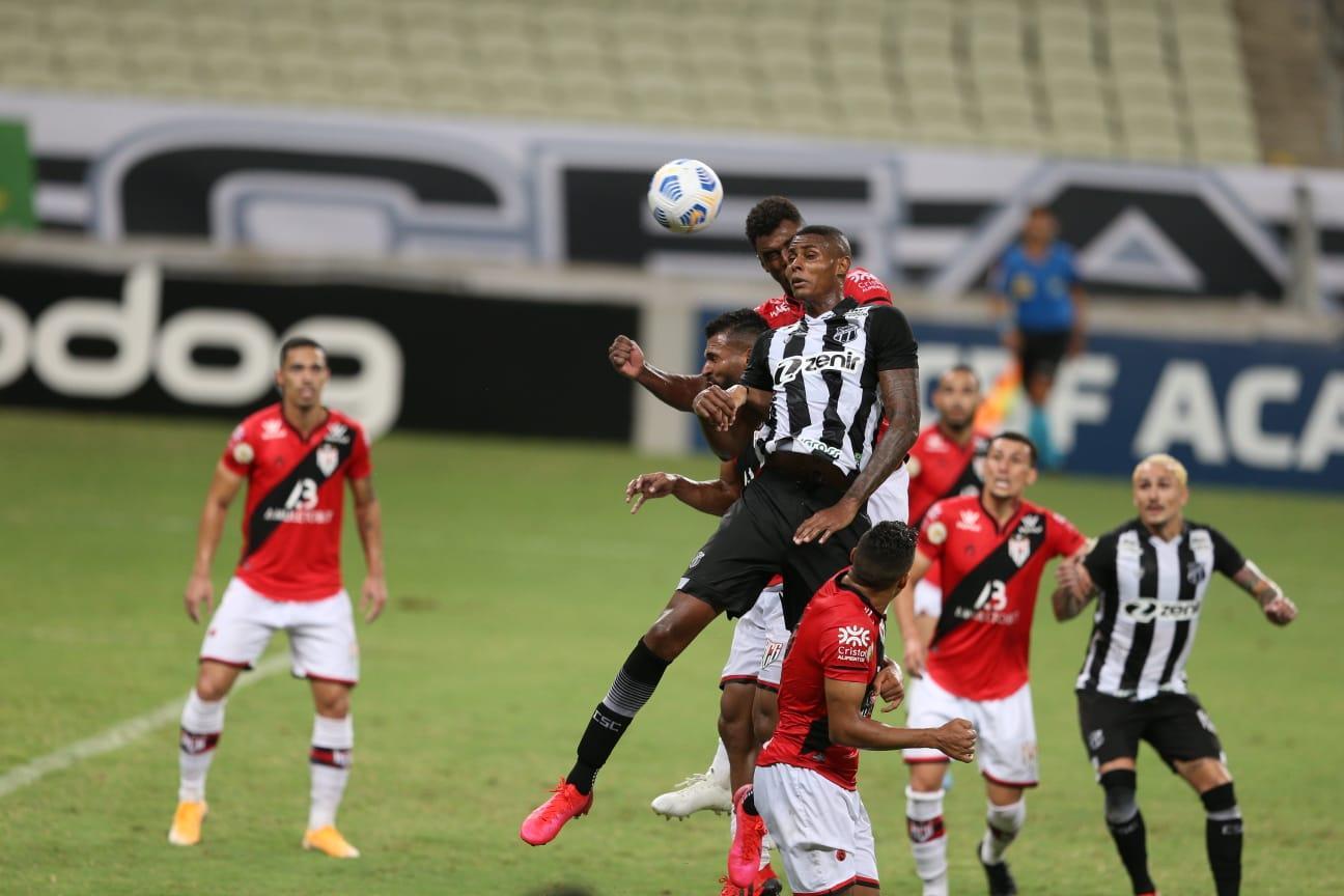 Atacante Cléber, do Ceará, cabeceia bola contra a defesa do Atlético-GO