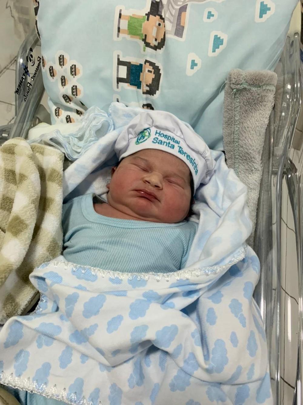 Super bebê Valentim Puma, de olhinhos fechados