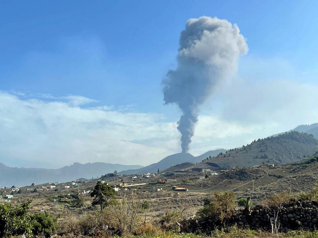Na manhã de segunda-feira (27), o vulcão cessou emissão de lava, por um breve período.