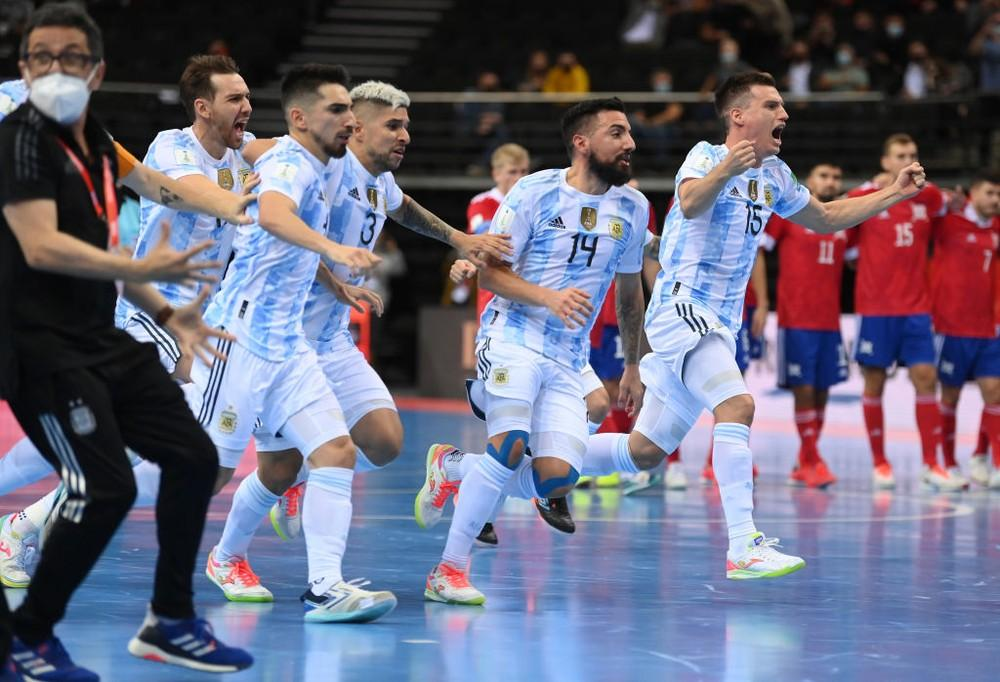 Atletas da seleção da Argentina comemoram gol