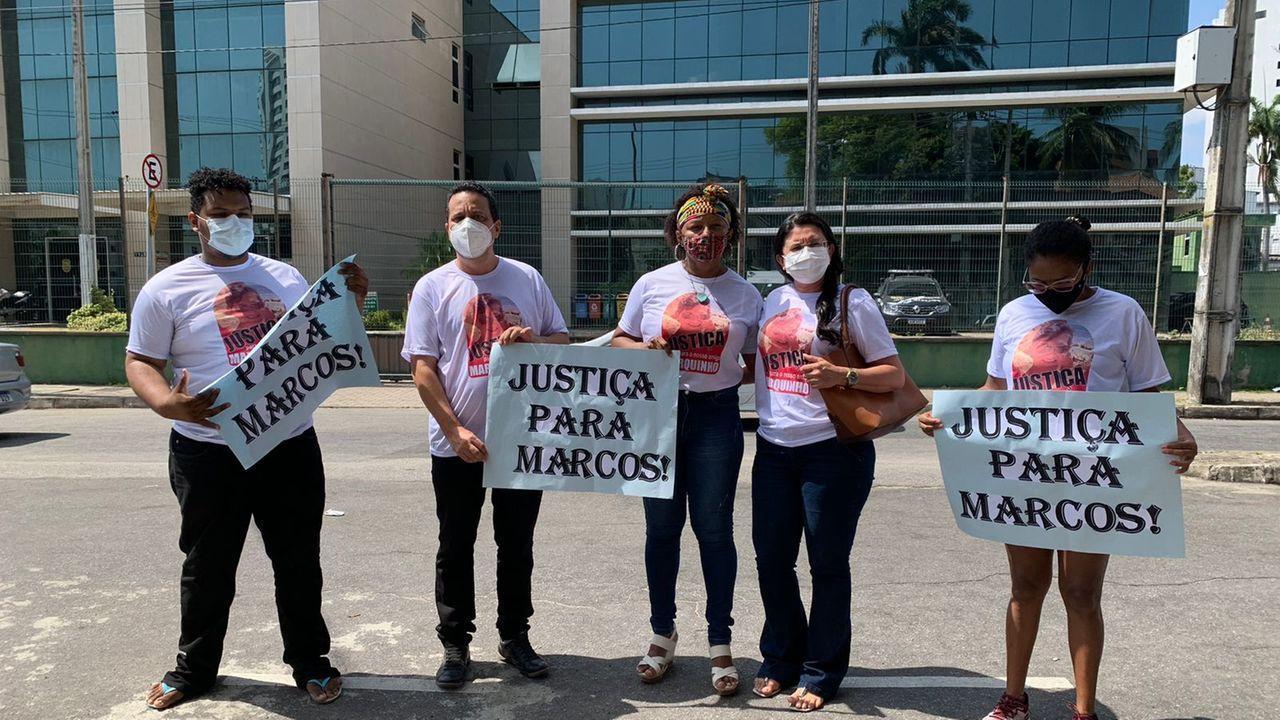 Amigos protestam em delegacia e pedem Justiça por morte de professor em Fortaleza