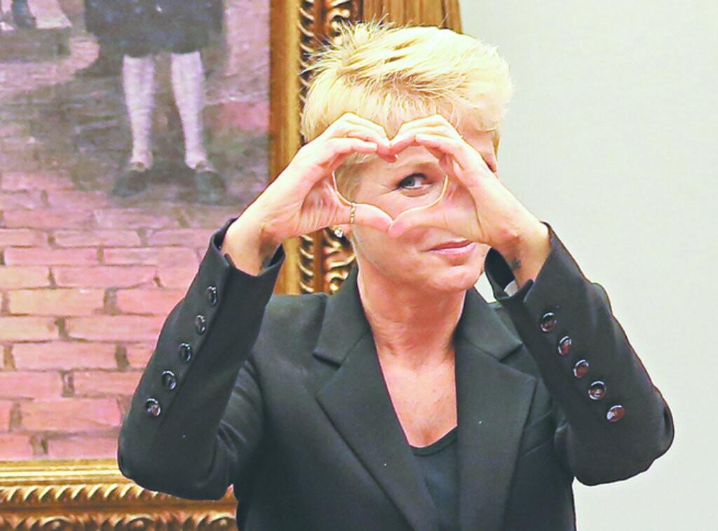 A apresentadora fez um gesto irônico em resposta ao deputado federal Pastor Eurico (PSB-PE). Ele disse que a presença de Xuxa Meneghel era