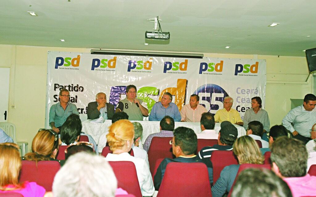 Dirigentes do PSD reunidos à tarde de ontem com deputados, prefeitos e outras lideranças, discutindo sobre a resolução da executiva nacional
