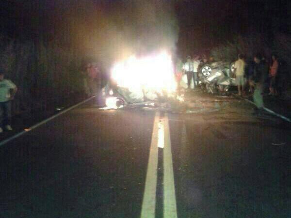 Um dos carros incendiou e carbonizou 3 pessoas