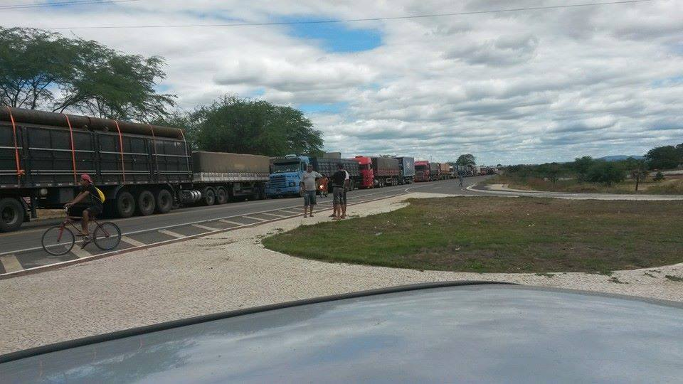 Vários veículos, inclusive caminhões de carga, ficaram parados esperando o desbloqueio da via