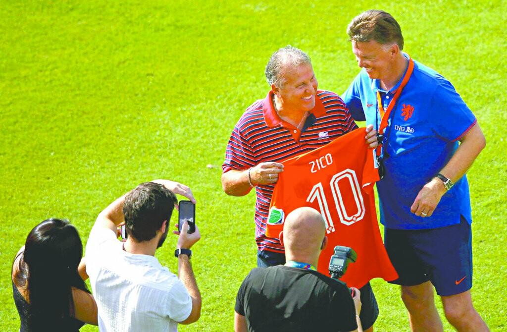 Zico visitou a delegação holandesa, ontem, na sede do Flamengo, na Gávea. O ex-jogador ganhou uma camisa autografada pelo elenco laranja
