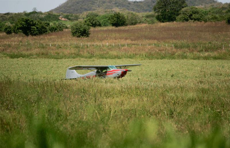 Dois tripulantes ocupavam a aeronave, que apresentou um problema mecânico, forçando o pouso