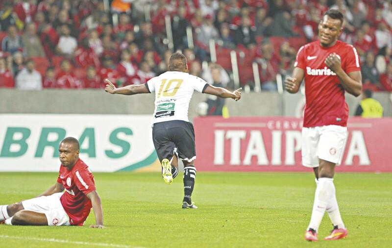 O meia Nikão abriu a vitória do Ceará com um belo gol no início do segundo tempo