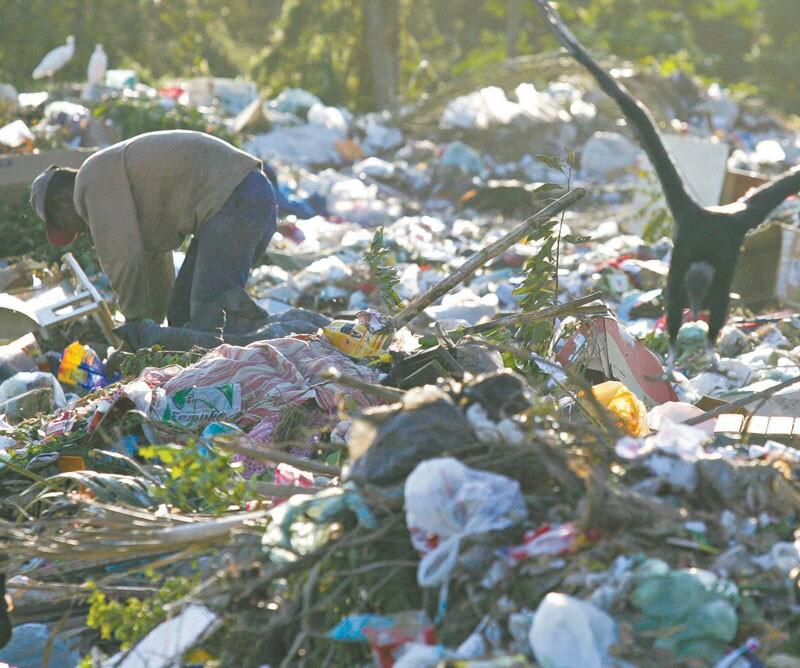 Mais de 50 pessoas sobrevivem dos materiais reciclados encontrados no lixão de Pacajus e são contra a transformação em aterro sanitário