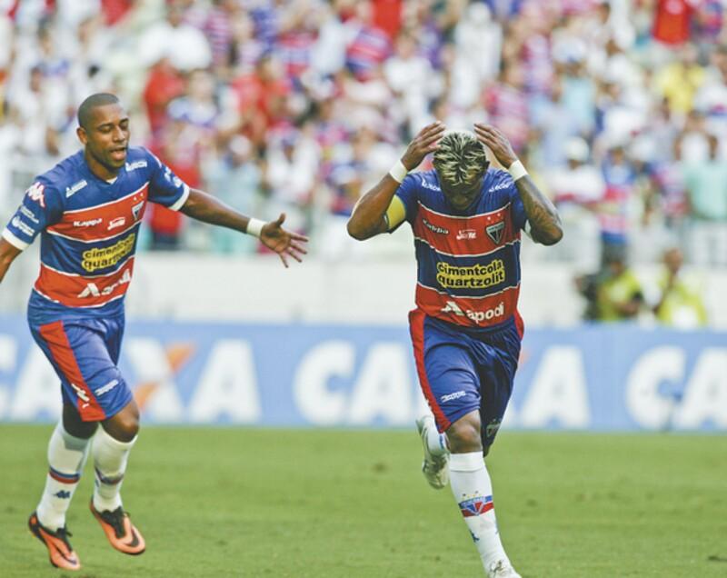 Marcelinho Paraíba, um dos destaques da vitória sobre os pernambucanos, celebra o segundo gol do time tricolor