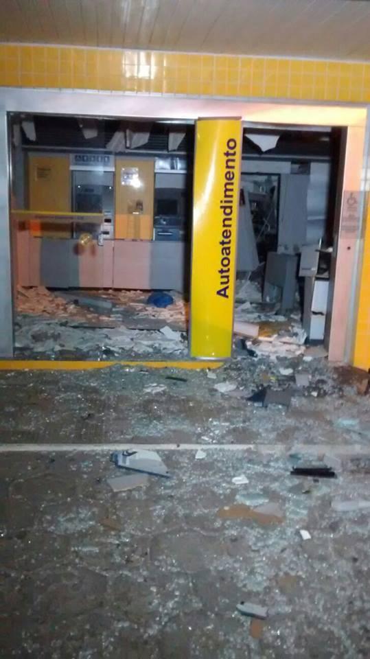 Agência foi explodida por bandidos na madrugada desta terça-feira (12)