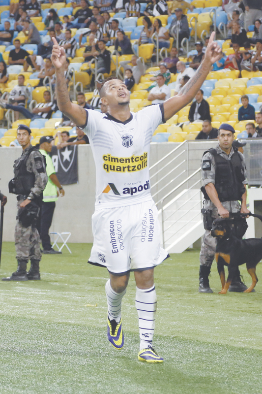 Atacante Bill aponta para o céu e agradece ao marcar o segundo gol na vitória de ontem à noite, no Maracanã, por 2 a 0, que manteve a escrita do time do Ceará de ganhar atuando fora de casa na atual Copa do Brasil