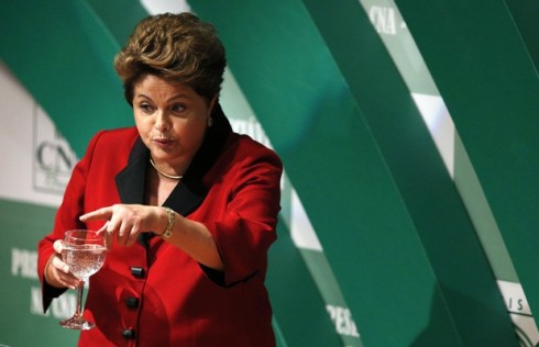 A primeira mulher presidente do Brasil foi reeleita com 54,5 milhões de votos, na disputa mais apertada da história.