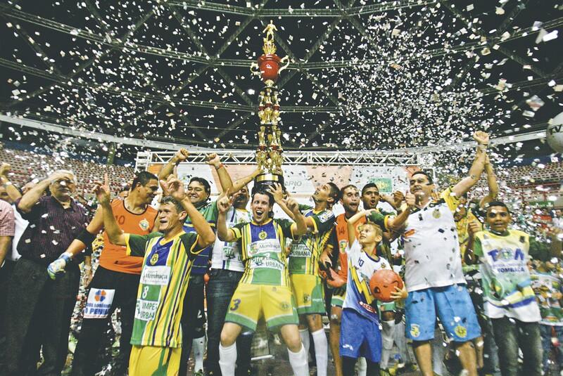 Jogadores do Mombaça levantam o troféu de campeão em linda festa com os torcedores, ontem, no Ginásio Paulo Sarasate