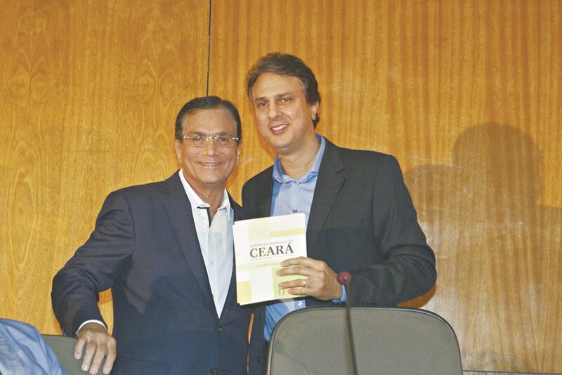 Na noite de ontem, Camilo Santana recebeu do presidente da Federação das Indústrias do Ceará (Fiec), Beto Studart, a Agenda da Indústria