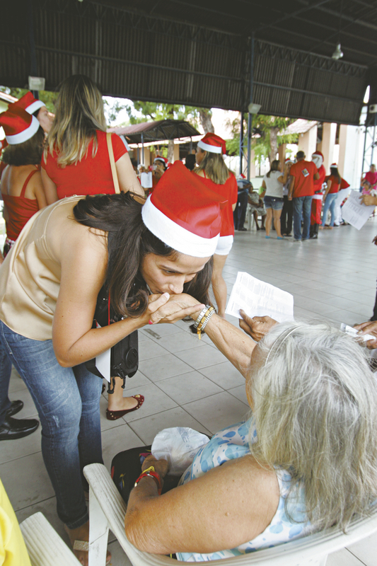 Os voluntários do Grupo 12 do evento Natal de Amor levaram felicidade e alegria aos idosos do Lar Torres de Melo, enquanto os membros de mais 11 grupos espalharam uma palavra de amor em vários hospitais