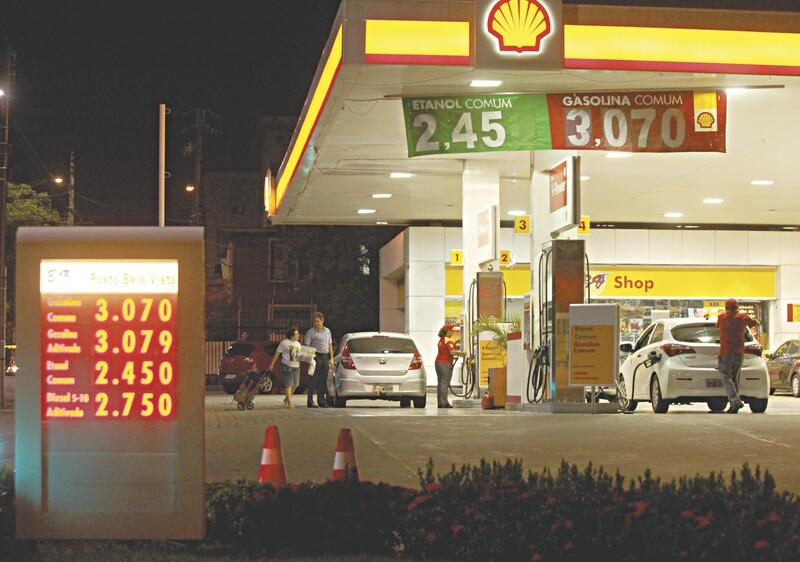 Em alguns postos de combustíveis de Fortaleza, ainda é possível encontrar o litro da gasolina comum por R$ 3,07 e em Iguatu, por até R$ 3,05