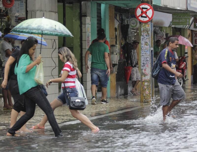 Após apenas 20 minutos de precipitação no Centro da Capital, as ruas ficaram alagadas e os vendedores precisaram retirar a água de dentro das lojas