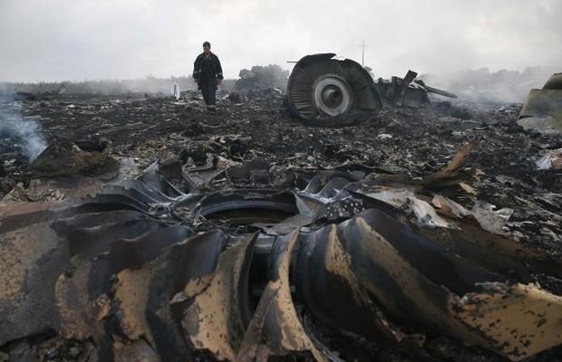 O voo MH17 da Malaysia Airlines foi derrubado por um míssil no leste da Ucrânia, região de conflito; os 298 passageiros do voo morreram