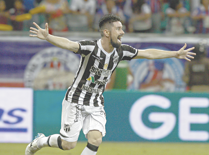 Ricardinho celebra o gol do triunfo alvinegro, em Salvador
