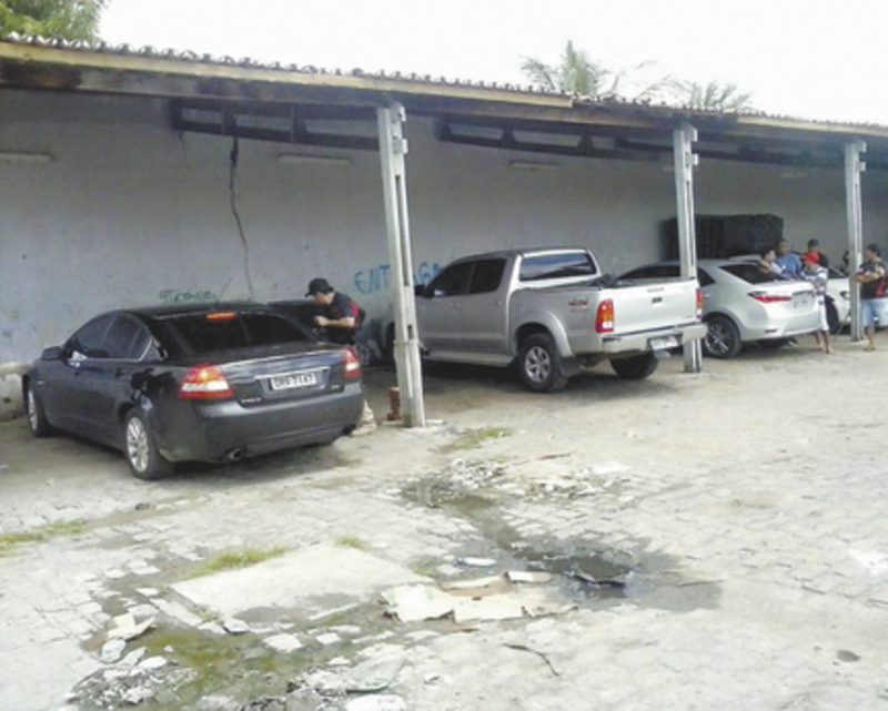 Aproximadamente, 15 quilos de cocaína foram encontrados nos veículos, mas a quantidade total não foi divulgada, pois os carros ainda seriam desmontados